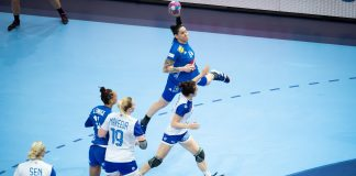 Alexandra Lacrabère trying to score against Russia during the final